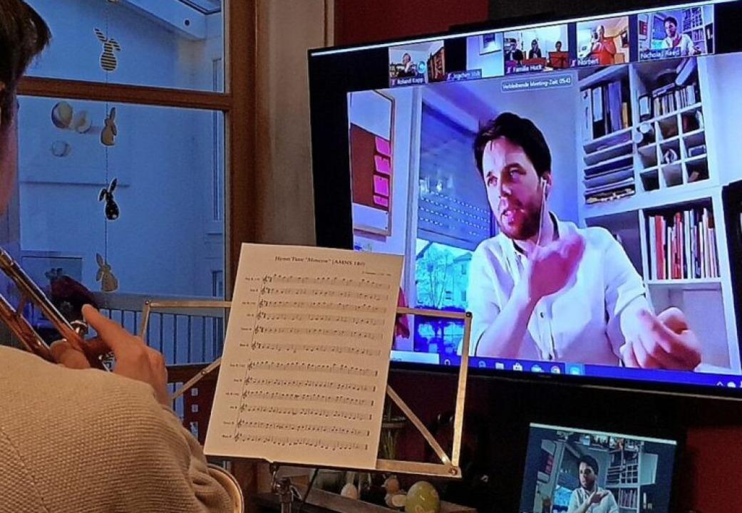 Ein Online-Probe der Stadtkapelle Lahr...dem Bildschirm Dirigent Nicolas Reed    | Foto: Marion Haid/Stadtkapelle