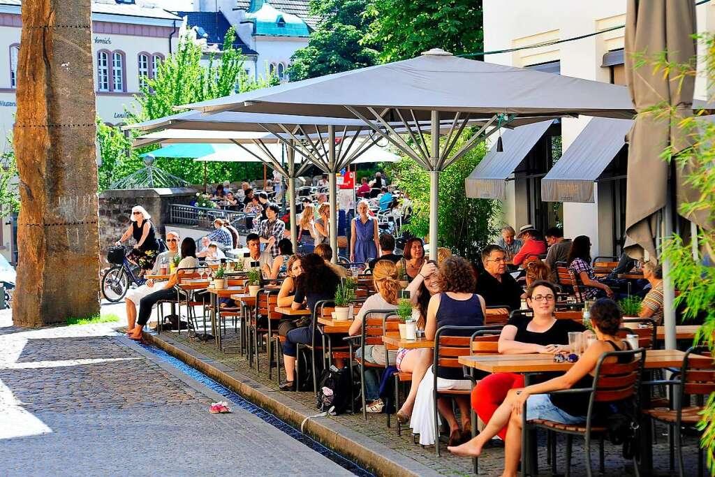 Freiburger Gastronomen dürfen ausnahmsweise ihre Außenflächen vergrößern - Freiburg - Badische Zeitung