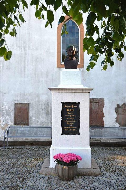 Auch das Hebeldenkmal präsentiert sich am Sonntag im Blumenschmuck.  | Foto: Edgar Steinfelder