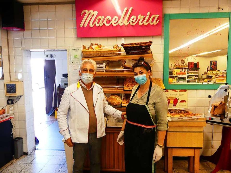 Attilio und Guiseppina Nocera in ihrem...rach – Corona-bedingt mit Masken  | Foto: Geraldine Friedrich