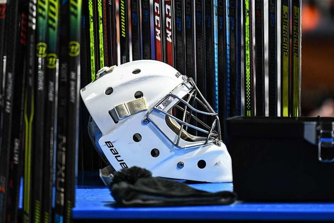 Helm und Schläger liegen bereit.   | Foto: Patrick Seeger