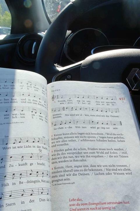Lesen und Singen hinter dem Lenkrad  &...o, war dies ausdrücklich erwünscht.     | Foto: Silas Schwab