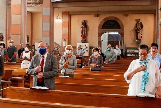 Katholische Gläubige feiern wieder erste öffentliche Messen