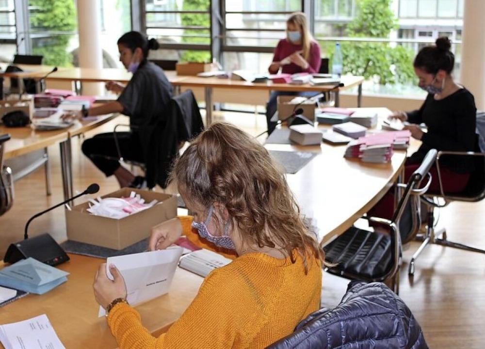 Im Sitzungssaal des Rathauses wird die Briefwahl vorbereitet.   | Foto: Stadt Emmendingen