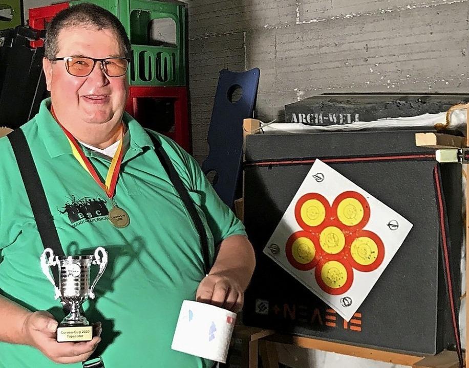 Rolf Tittmann wurde erster Corona-Cup-...lle Klopapier als Sachpreis obendrauf.  | Foto: Privat