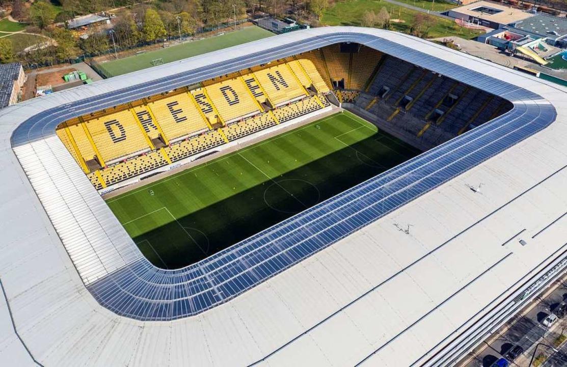 Die Zuschauerränge und auch der Platz ...g-Stadion müssen vorerst leer bleiben.  | Foto: Jan Woitas (dpa)