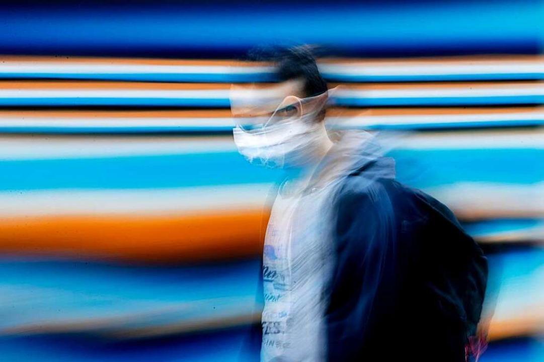 In Supermärkten, Läden und im Nahverkehr gilt Maskenpflicht.  | Foto: Christoph Soeder (dpa)