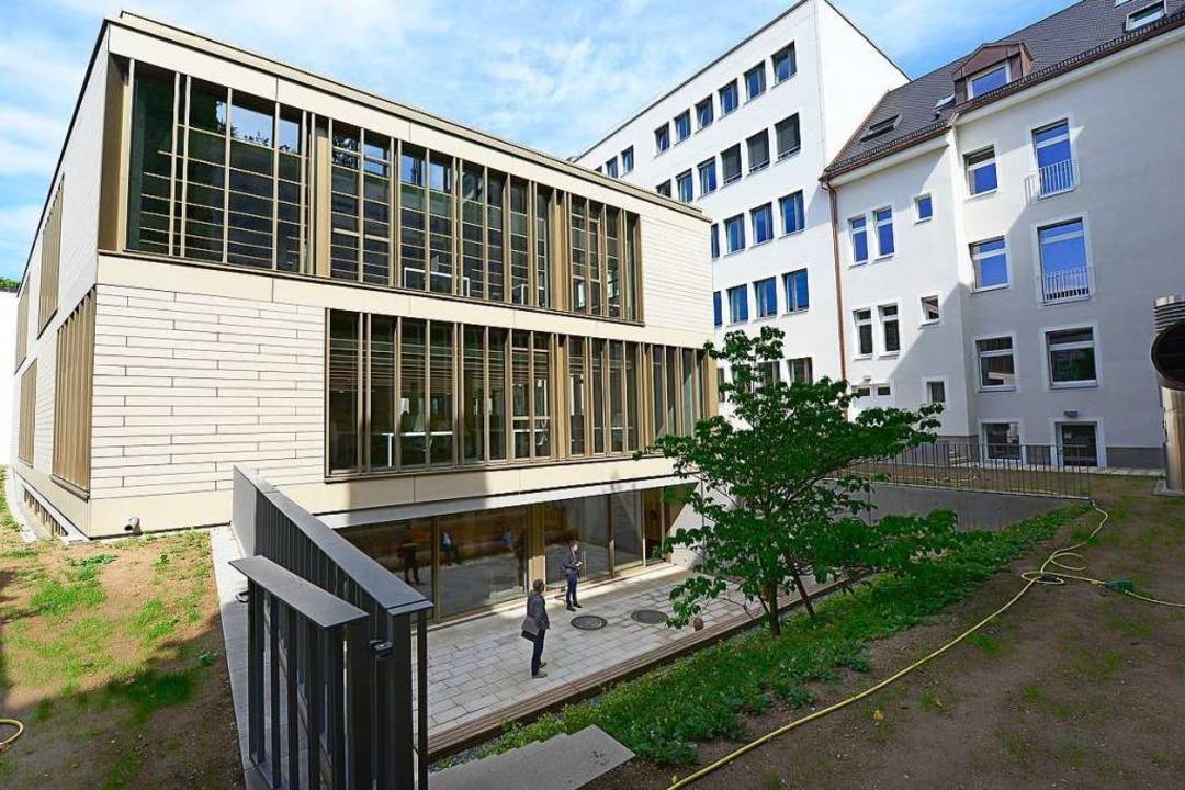 Die ehemalige, fünfgeschossige  Zentra...wurde zudem eine Bibliothek errichtet.    Foto: Ingo Schneider
