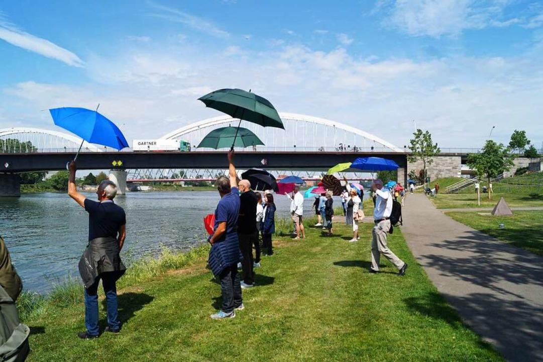 Demonstranten bekunden ihre Sympathie ...ie Elsässer jenseits des Grenzflusses.  | Foto: Christine Storck-Haupt