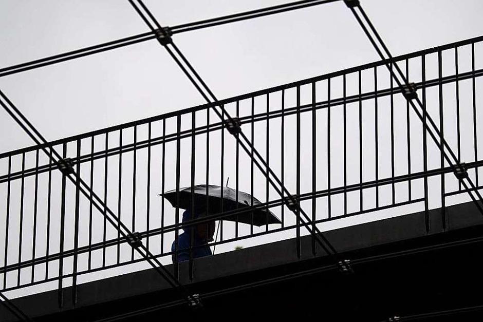 Regenwetter in Stuttgart: Am Montagmorgen ist der Himmel bedeckt, den Tag über breitet sich von Westen her anhaltender Regen aus, wie der Deutsche Wetterdienst (DWD) mitteilte. (Foto: Marijan Murat (dpa))