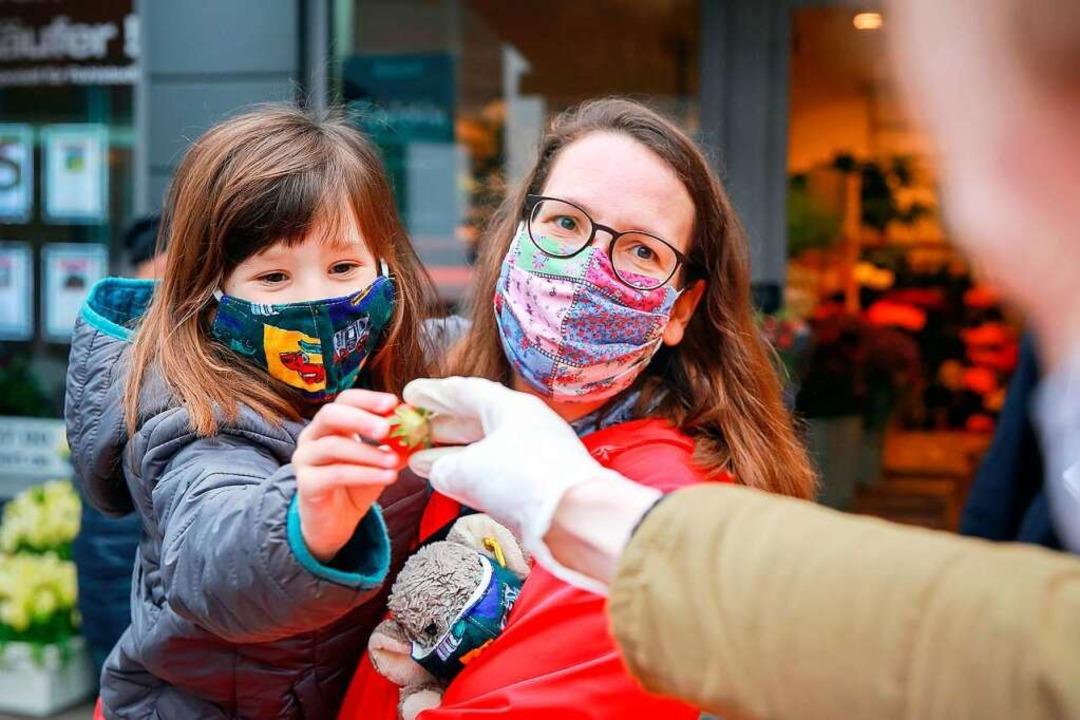 Die  Pflicht, beim Einkauf  eine Maske zu tragen, gilt auch weiterhin.    Foto: Mascha Brichta (dpa)