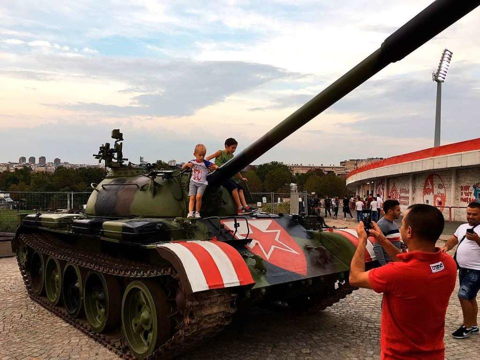 Posieren vor dem Panzer mit dem Logo von Roter Stern Belgrad  | Foto: Ronny Blaschke