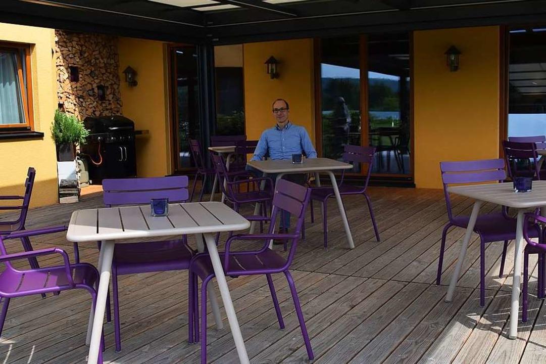 Geschäftsführer Niels Bosley sitzt im Hotel Rheinsberg auf der leeren Terrasse.  | Foto: Stefan Ammann