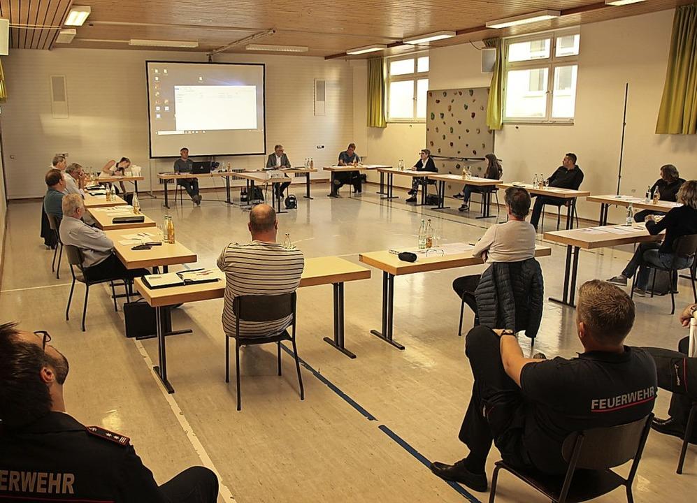 Der Gottenheimer Gemeinderat tagt wieder – mit Abstand in der Halle.  | Foto: Mario Schöneberg