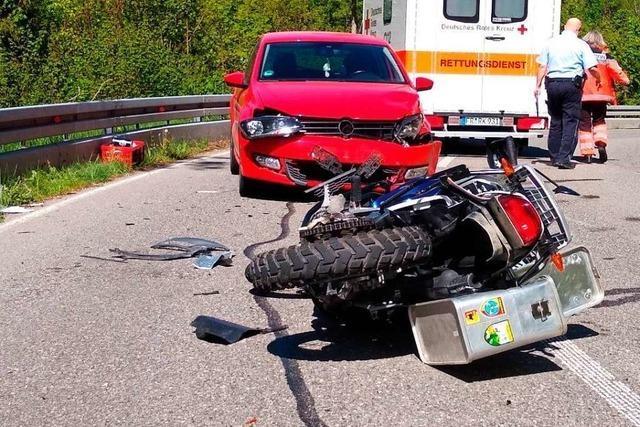 Motorradfahrer rutscht in Auto auf der L 170 Richtung Schattenmühle