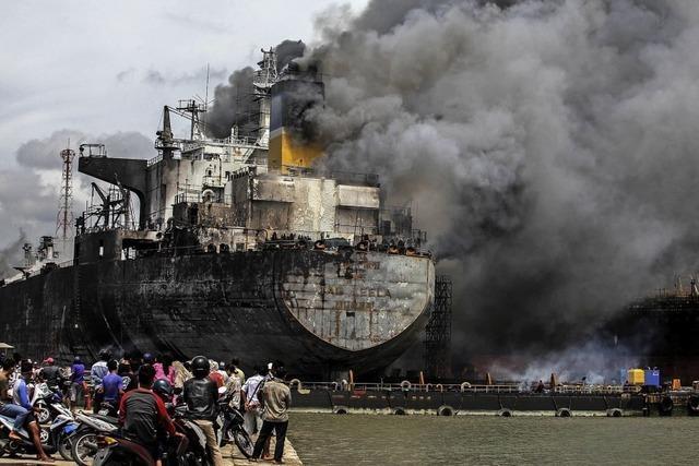 Öltanker brennt in indonesischem Hafen