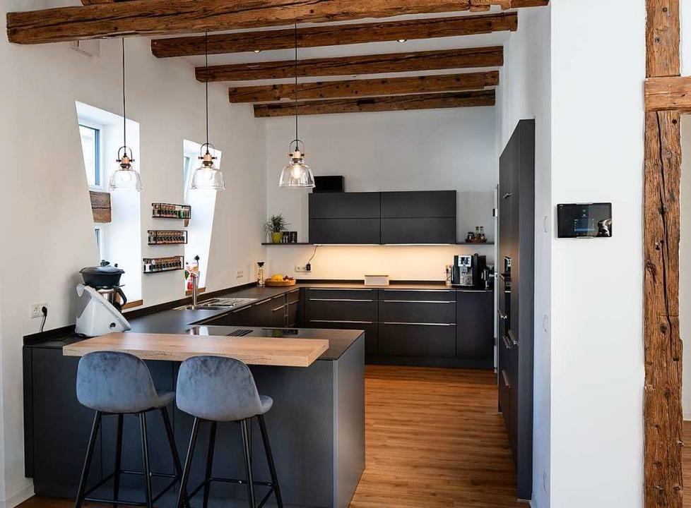 Beton-Oberflächen, viel Holz und die p...e hat einen coolen industriellen Look.  | Foto: Fischer Küchen