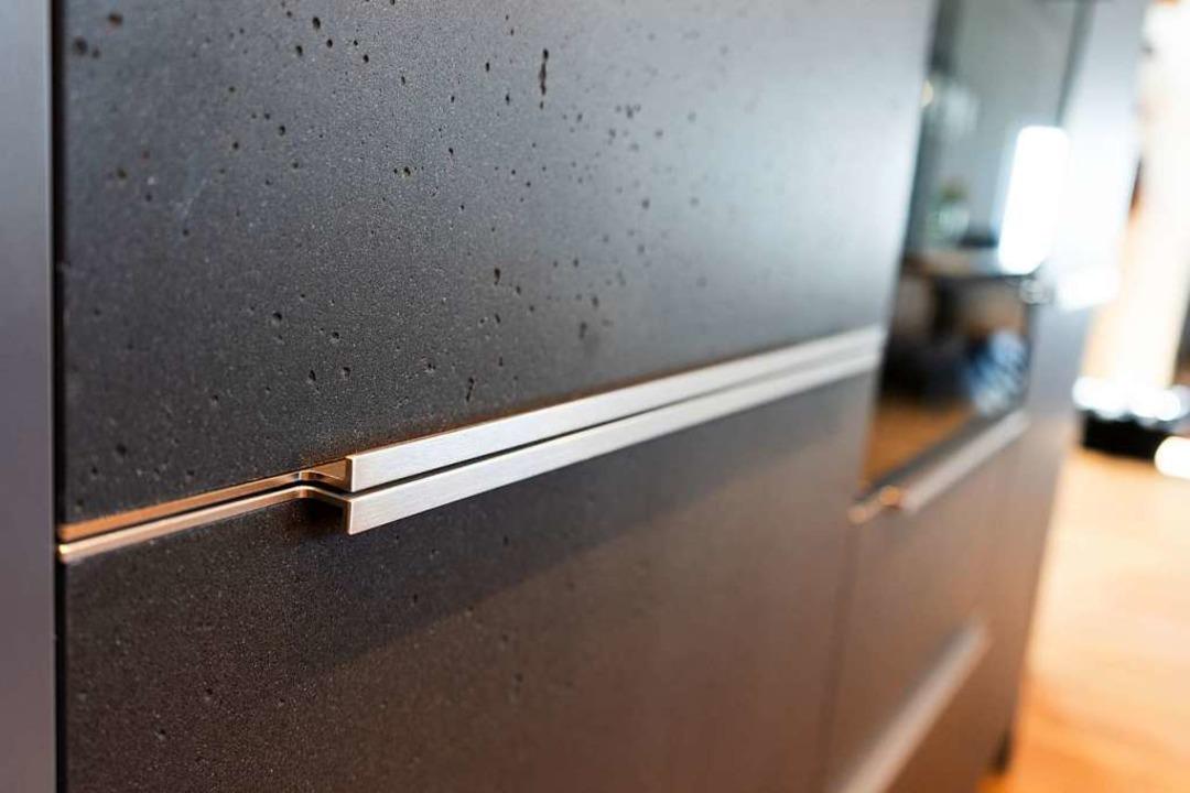 Jede Küchenfront aus Beton hat ihre eigene Oberflächenstruktur.  | Foto: Fischer Küchen