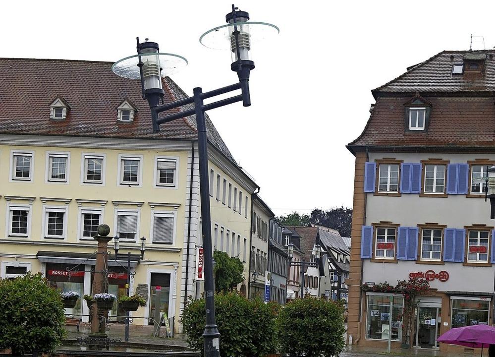 Die schiefen Lampen auf dem Marktplatz werden ersetzt.   | Foto: Georg Voß