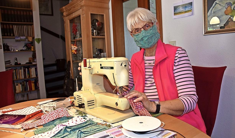 Ursula Hollenkamp aus Gundelfingen näht  Schutzmasken.  | Foto: Andrea Steinhart