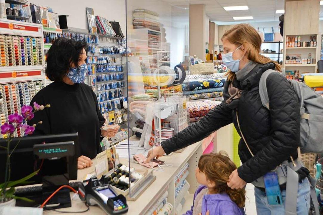 Klothilde Steinegger (links) verkauft Stoffmasken an eine Kundin.  | Foto: Horatio Gollin