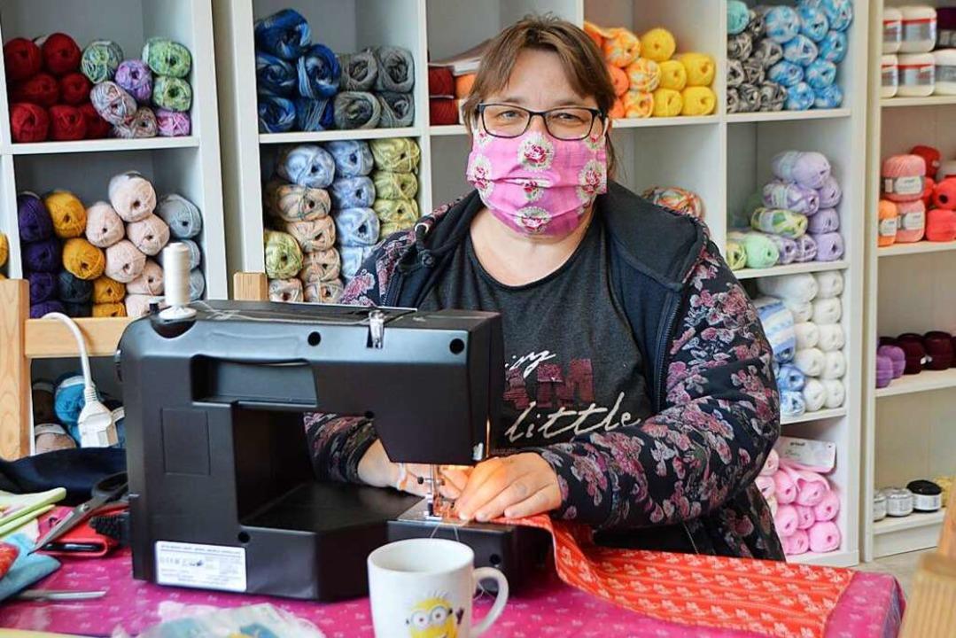 Cornelia Sukenik hat bislang rund 300 Stoffmasken genäht.  | Foto: Horatio Gollin