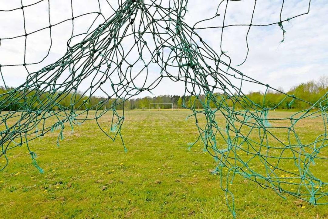 Im Amateurfußball geht wegen der Corona-Pandemie vorerst nichts mehr.  | Foto: Carsten Rehder (dpa)