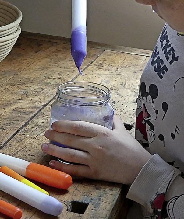 Eine Kerze wird lila.    Foto: privat