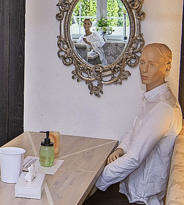 Puppen sitzen in einem Restaurant in Niedersachsen.    Foto: Julian Stratenschulte (dpa)