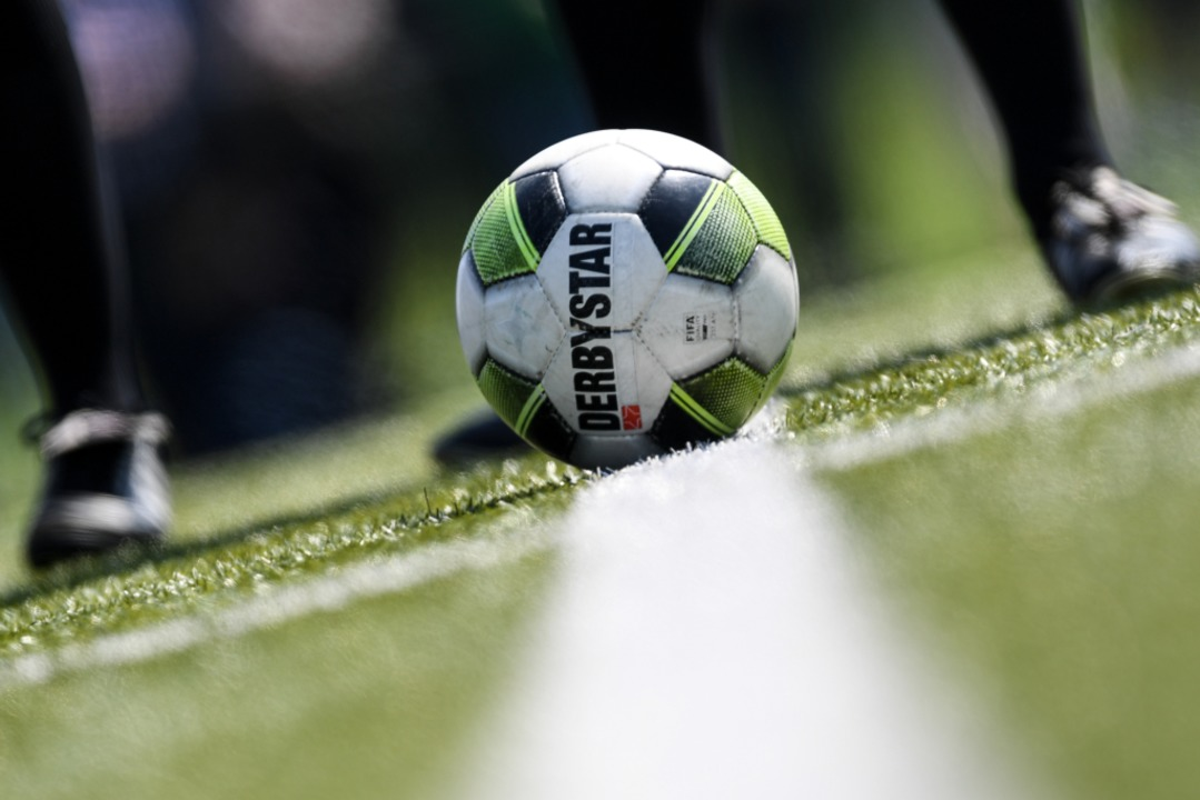 In der Bundesliga liegt der Ball bald ...hiesigen Amateurfußball dagegen nicht.  | Foto: Patrick Seeger