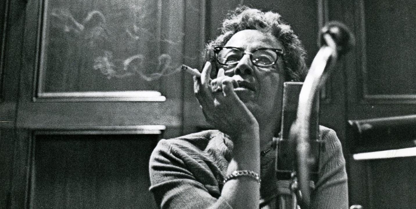Immer mit Zigarette:  Hannah Arendt 1966 an der University of Chicago     Foto: Art Resource, New York, Hannah Arendt Bluecher Literary Trust