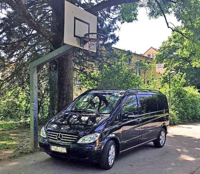 <BZ-FotoAnlauf>Spielplatz:</BZ-FotoAnlauf> Geparktes Auto verhindert Basketball.  | Foto: Privat