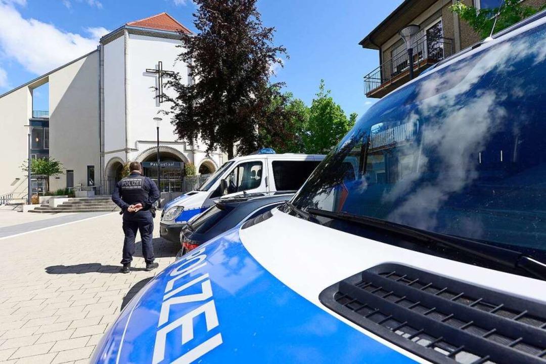 Mannschaftswagen und Polizeibeamte im ...n gab es  am Dienstag viel zu staunen.  | Foto: Ingo Schneider