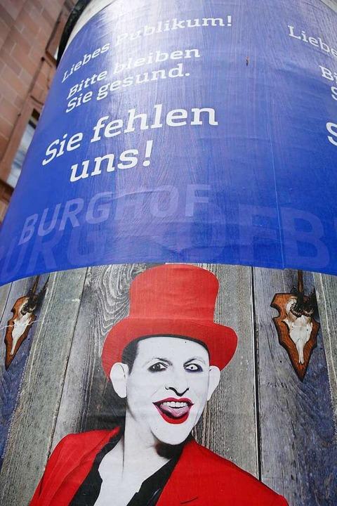 """""""Sie fehlen uns"""", ruft der...inem Publikum von den Plakatwänden zu.    Foto: Willi Adam"""