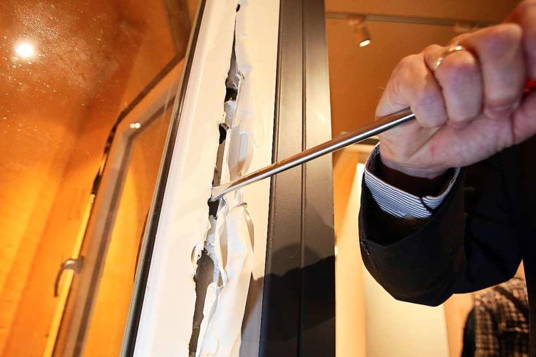 Die Hebelspuren an der Eingangstür des...on einem Schraubendreher (Symbolbild).  | Foto: Bodo Marks