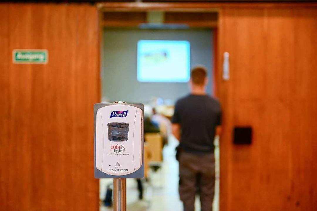 Im Eingangsbereich gab's einen Desinfektionsmittelspender.    Foto: Ingo Schneider