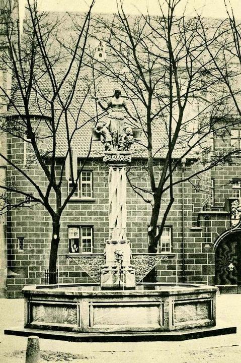 Der Rau-Brunnen auf dem Kartoffelmarkt... undatierten historischen Postkarte...    Foto: Archiv Manfred Gallo