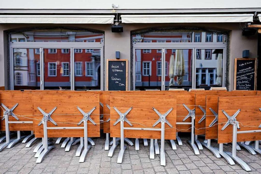 Wo im Moment noch Absperrbänder sind, ...sitzen – allerdings mit Abstand.  | Foto: Uwe Anspach (dpa)