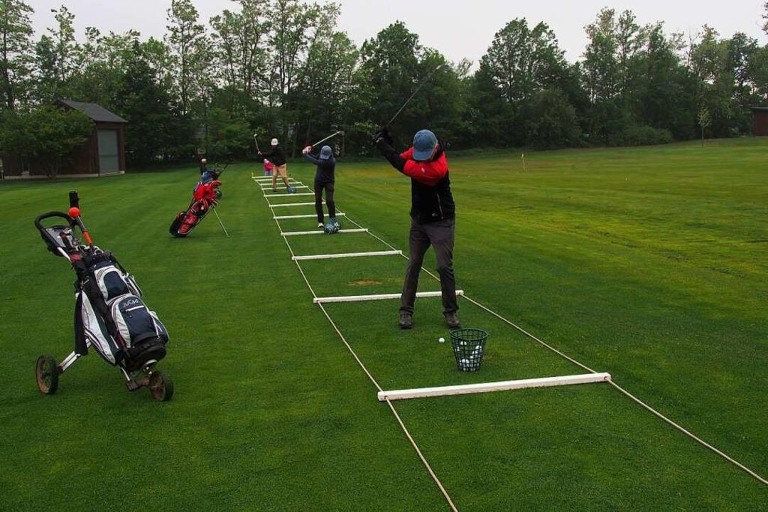 Gekennzeichnete Abschlagsfelder garantieren den Mindestabstand der Golfspieler.  | Foto: Markus Donner