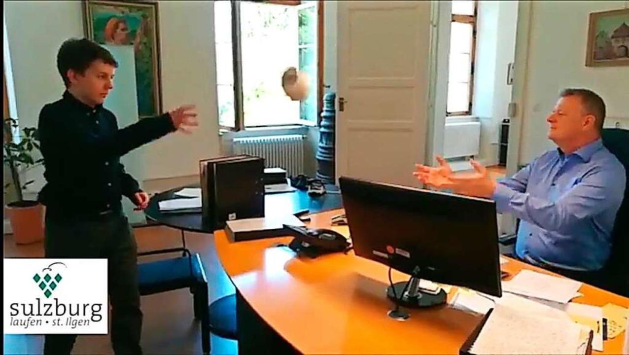 Die Klopapierrolle fliegt im Video übe...eiter Martin Klinger wirft sie ihm zu.  | Foto: Stadt Sulzburg
