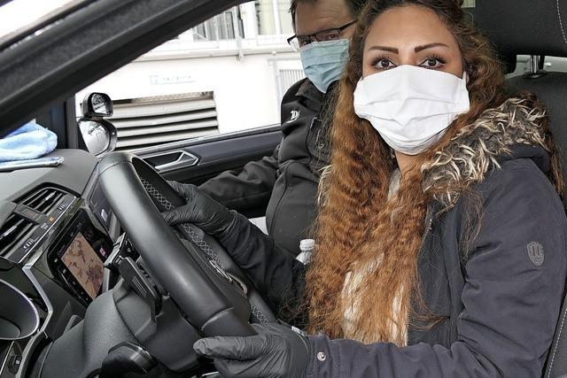 Fahren lernen mit Mundschutz und Einmalhandschuhen