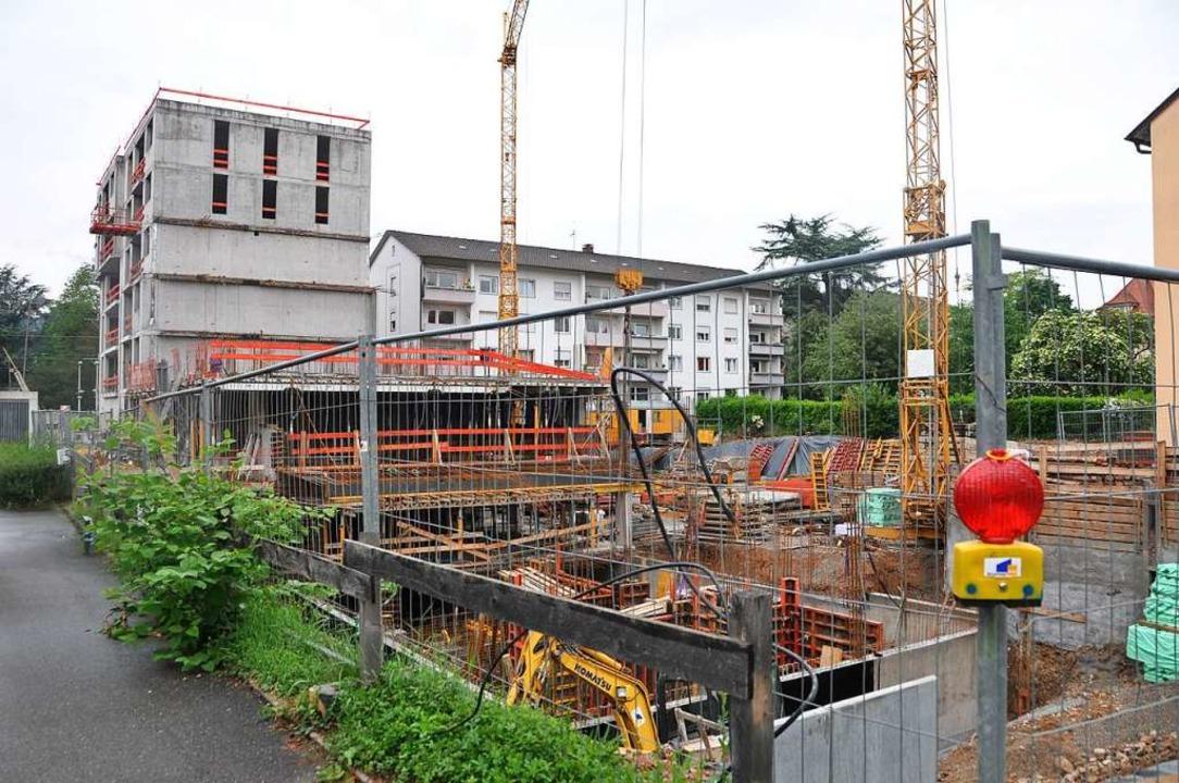Vorne und links wächst der Neubau, hin...ernisiert und aufgestockt werden soll.  | Foto: Daniel Gramespacher