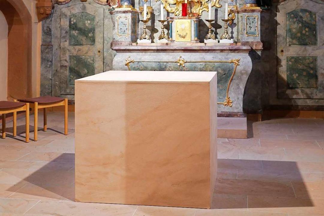 Der aktuelle Altar ist ein Provisorium aus bemaltem Holz.  | Foto: Christoph Breithaupt