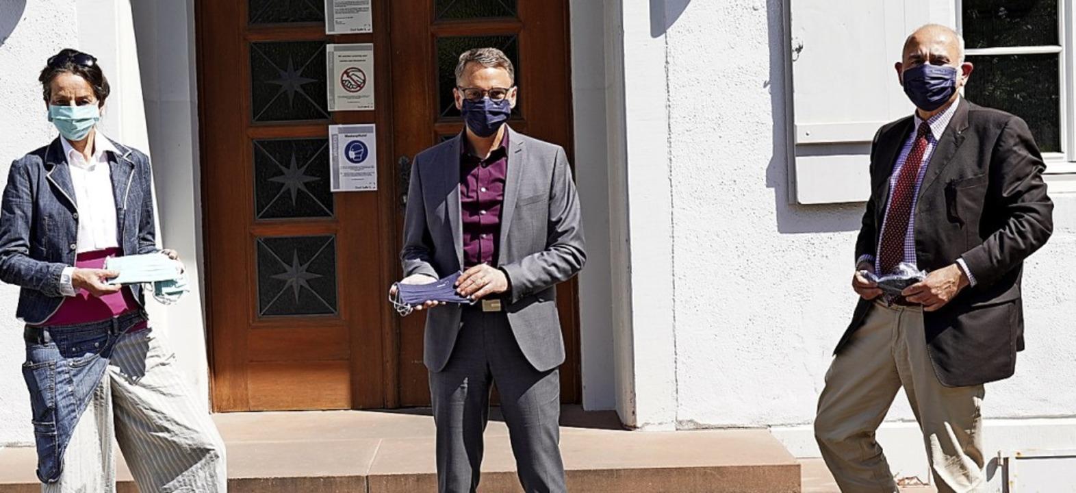 Freude über die Masken: Angelika Walte...hr mit  Oberbürgermeister Markus Ibert  | Foto: Stadt Lahr