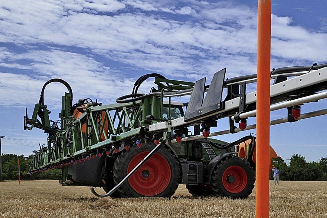 Ein SAPOS-gestützter Traktor navigiert selbstständig auf einem Feld.   | Foto: Jens Schmitz