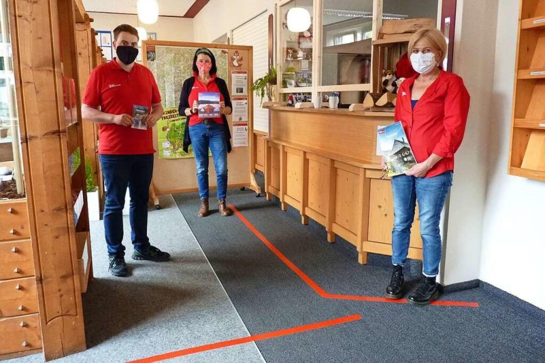 Rote Linien und Acrylglasscheiben: Ste...) in der Todtnauer Tourist-Information  | Foto: Sattelberger