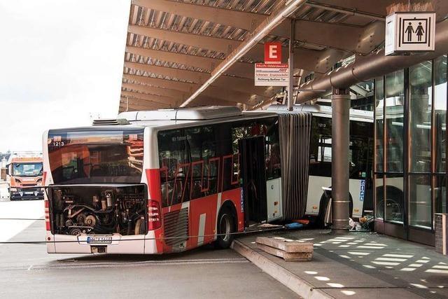 Gelenkbus kracht in Hamburger Bahnhofsgebäude - Fahrerin und Passant verletzt