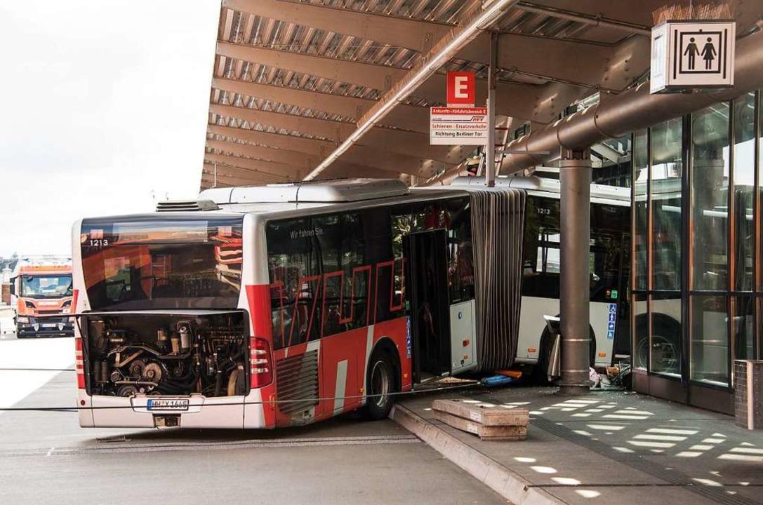 Bei einem spektakulären Unfall ist der...de des zentralen Busbahnhofs gekracht.  | Foto: Daniel Bockwoldt (dpa)