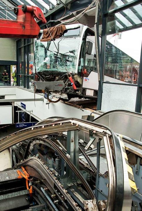 Hamburg: Ein Gelenkbus hängt über eine...usbahnhof Bergedorf und wird geborgen.  | Foto: Daniel Bockwoldt (dpa)
