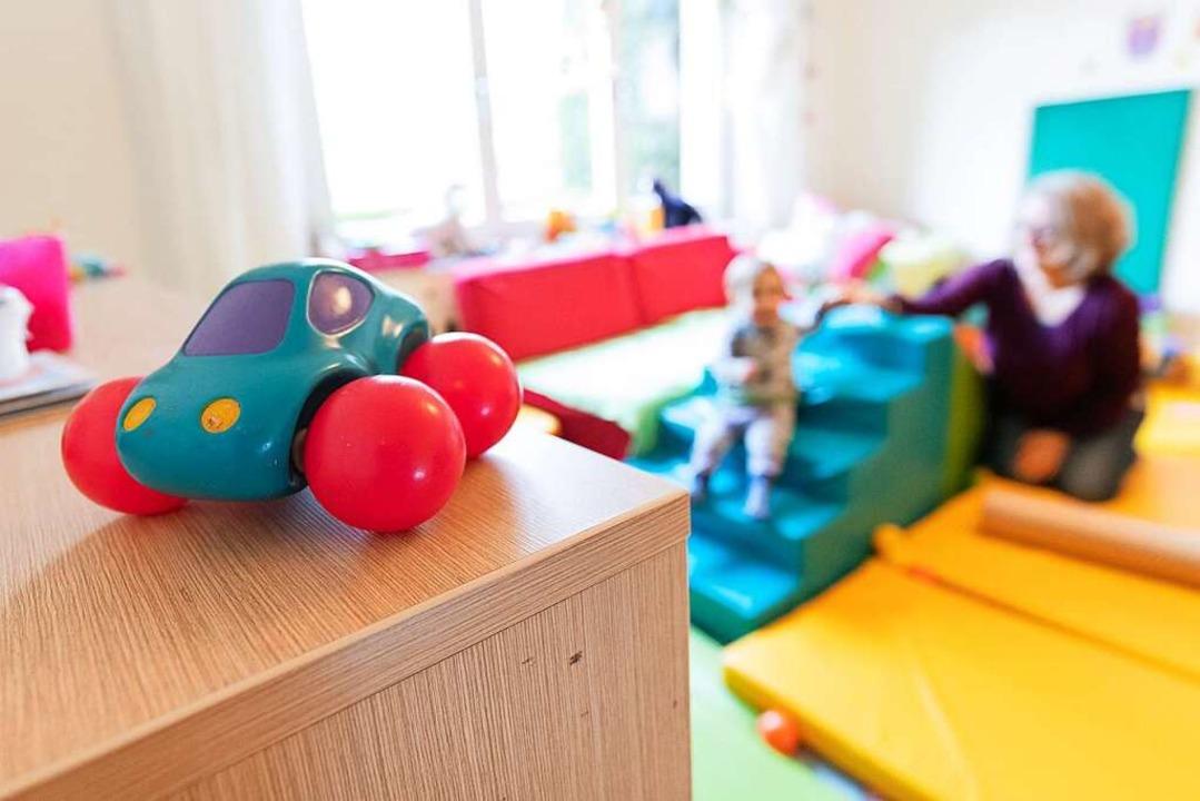 Abstandhalten ist in Kindergärten und Kitas nicht so leicht.  | Foto: Friso Gentsch (dpa)